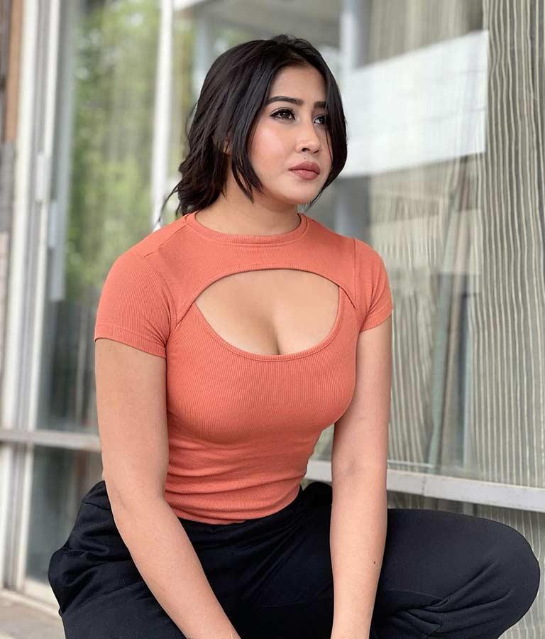 Sofia Ansari Posing