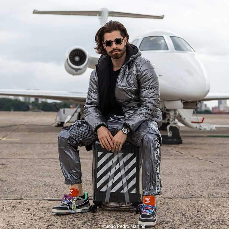 DJ Alok is very successful and rich. Here is a plane.